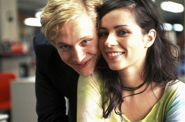 """Nach Anfängen als Moderatorin bei MTV Germany war Nora Tschirner bald auch als Schauspielerin zu sehen - hier 2002 mit Matthias Schweighöfer im Film """"Soloalbum""""."""