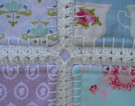 Een quilt, maar dan net even anders. Deze deken is nog niet af, het zal waarschijnlijk nog een week of 2 duren vooraleer ik hem af heb. Uiteindelijk wordt deze quilt is 230 cm bij 230 cm (92 inch by 92 inch) en is dus groot genoeg voor een tweepersoonsbed met overhang. Zij bestaat uit 196 vierkantjes van 15 x 15 cm. Met de gehaakte rand is elk vierkantje 16,5 x 16,5 cm. De voorkant bestaat uit 49 verschillende Tilda stoffen. De quilt is gewatteerd. De achterkant is gemaakt van vintage witte…