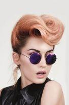 Pastellfarbene Hochsteckfrisur mit Haartolle