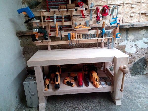 Un établi pour mes apprentis par REMS Créations - Voici la réalisation d'un établi pour enfant entièrement en bois. Du pitchpin pour le bâti (pied et plateau), du cerisier pour la vis de la presse et du hêtre pour la poignée.