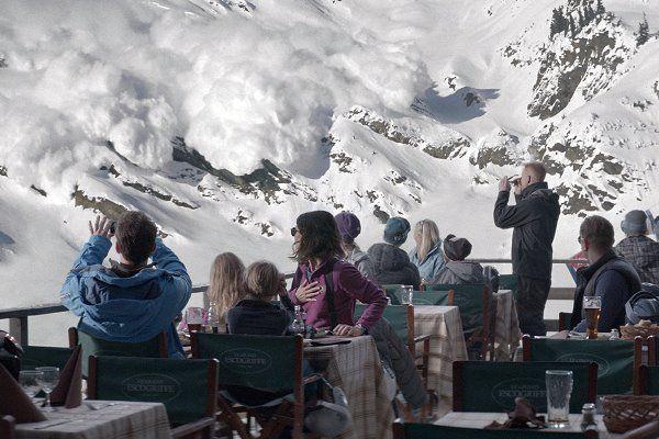 Eine bissige Familienkomödie, die in den französischen Alpen spielt: HÖHERE GEWALT – femundo.de – Bücher, Filme und Serien nach Schauplatz