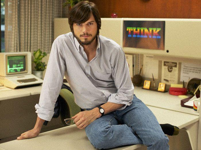 A primeira foto do filme jOBSque contará a história da vida de Steve Jobs foi divulgada. Nela, o ator Ashton Kutcher reproduz uma fotografia do presidente da Apple nos anos 80, nos escritórios da empresa.    A foto foi divulgada no site do festival de cinema de Sundance, que será realizado em janeiro de 2013. O filme jOBS encerrará o evento, no dia 27.