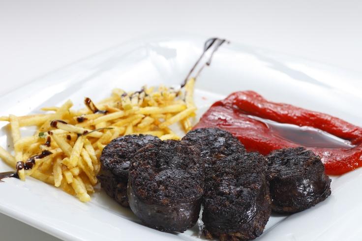 Morcilla de Fuenteandrino, Pimiento de Torquemada asado y Patatas fritas  www.restaurantecasalucio.com