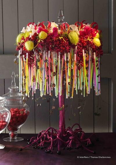 Ronan Quillou ensevelit une bonbonnière et son couvercle dans un entrelacs de pois de senteur, gloriosa, asclepia moby dick, cyclamens, orchidées brassias et baies de poivre. Création extraite du Carnet d'Idées #Interflora. #artfloral #fleurs