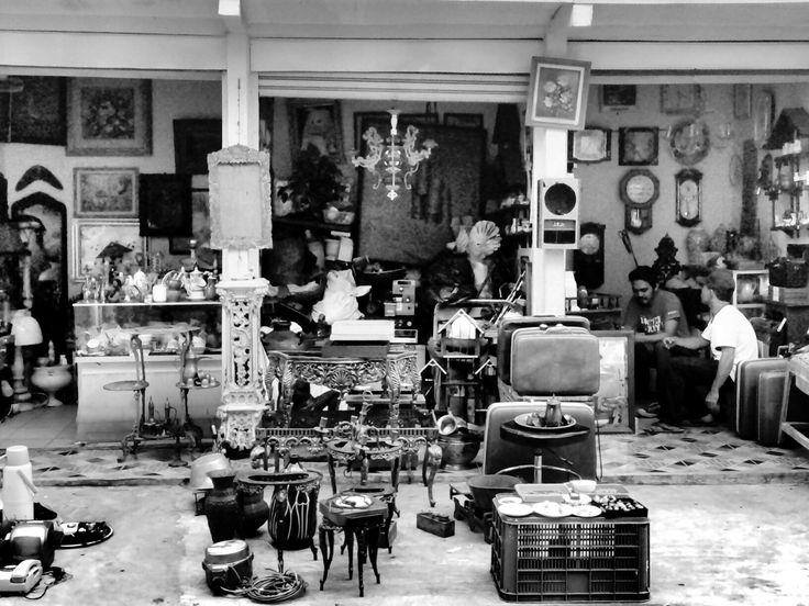 Pasar barang antik , Jatinegara . indonesia #monochrome