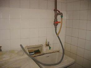Foto: A mangueira maior serve para abastecer a máquina de lavar, o tanque e…