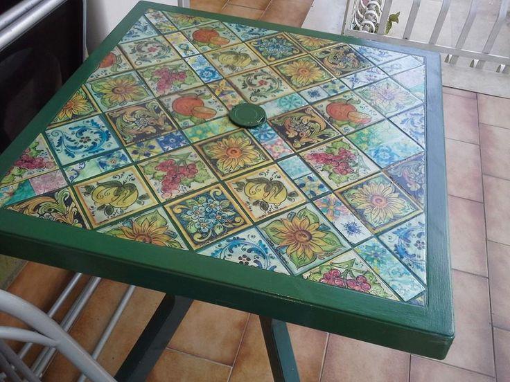 tavolino decorato con ritagli di stampe pc