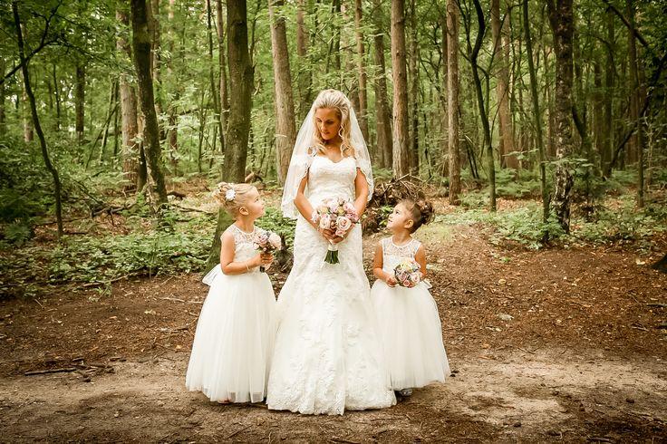 2 prachtige bruidsmeisjes naast de mooie bruid. De meisjes dragen jurken van…