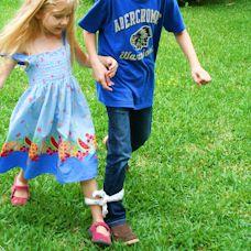Spiele für den Kindergeburtstag, z.B. Rennen auf drei Beinen