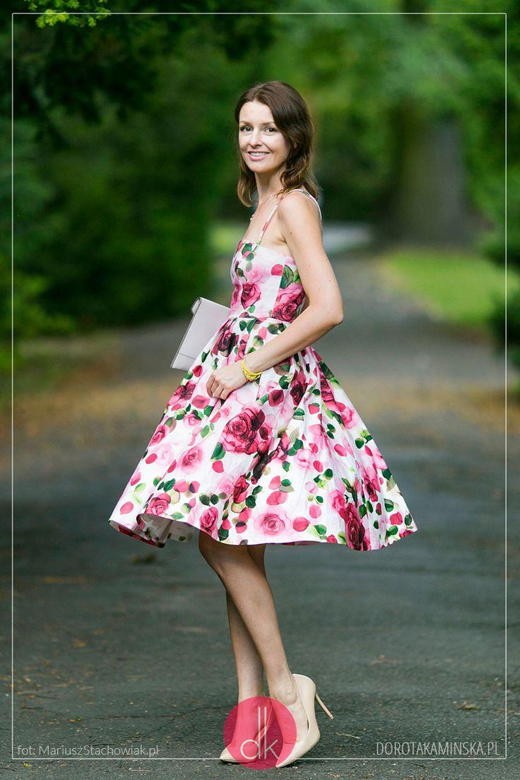 Sukienka w róże, cieliste rajstopy, beżowe szpilki i torebka kopertówka. #outfit #style #fashion #moda #stylizacja