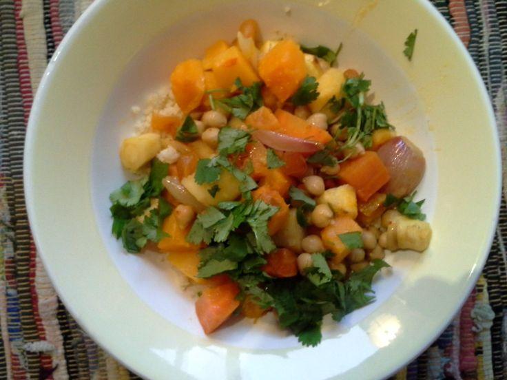 ultieme wintercouscous op bord. Curry met rijke volle smaak met wortel kikkererwten pastinaak saffraan steranijs kaneel