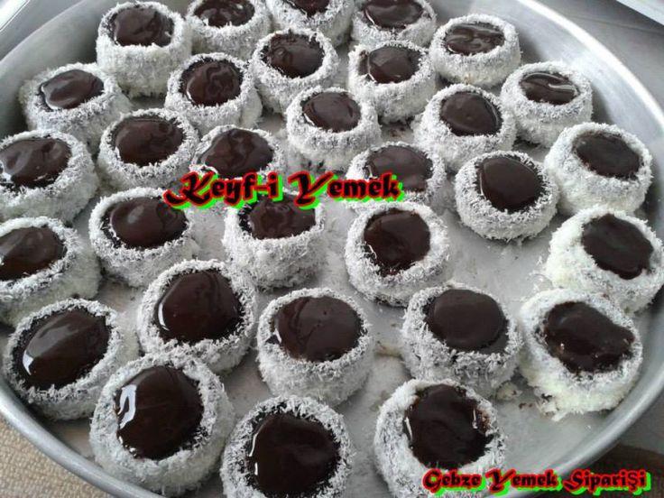 Ürünün içeriği kek, muhallebi, çikolata sos ve hindistan cevizinden oluşmaktadırç Nefis bir tatlıdır. eve servis ve gelip alma seçeneğimiz vardır