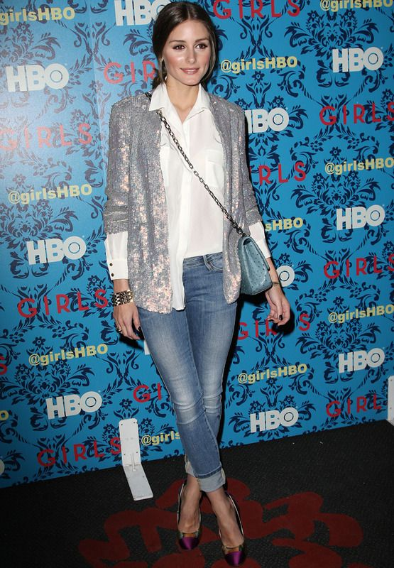 Si prefieres las lentejuelas en dosis pequeñas y mezcladas con un look casual, no dudes en copiar a Olivia Palermo: jeans con vuelta, camisa básica en blanco, bolso con cadena, pumps tricolor y la estrella del estilismo, una chaqueta plateada de lentejuelas.