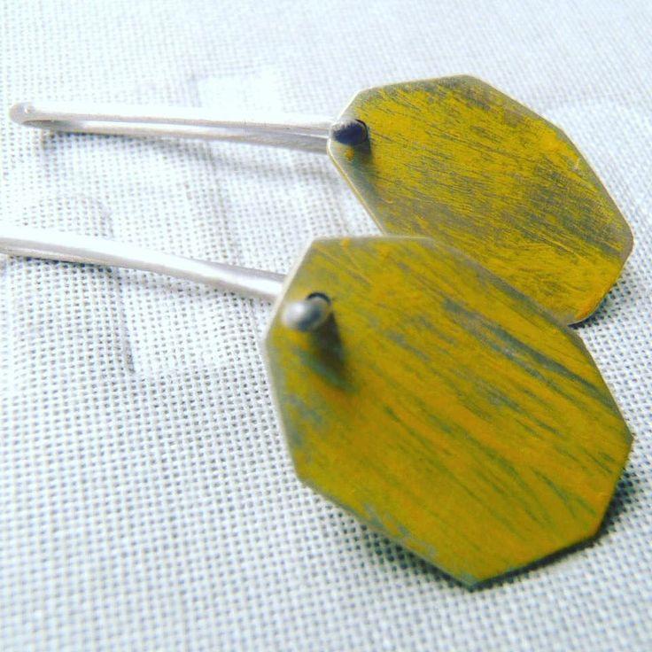 aretitos con pátina de metal / sterling metal patina earrings / orecchini in argento e patina di metallo.