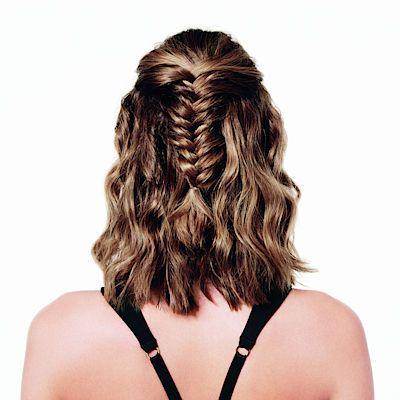 Vlasy sčesané a zapletené dozadu