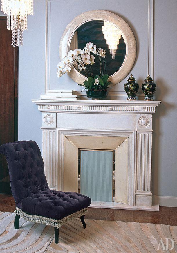 """""""Хозяин очень хотел камин, но нам его не разрешили сделать. Пришлось ограничиться декоративным порталом"""", — говорит Лейла. Кресло, Moissonnier."""