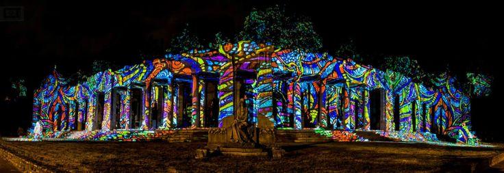 Múzeumok Éjszakája - Fiumei Úti Sírkert - Night Projection fényfestés  Fotó: Lánszki Tamás  #MuzeumokEjszakaja #NightProjection #fenyfestes #raypainting #visuals