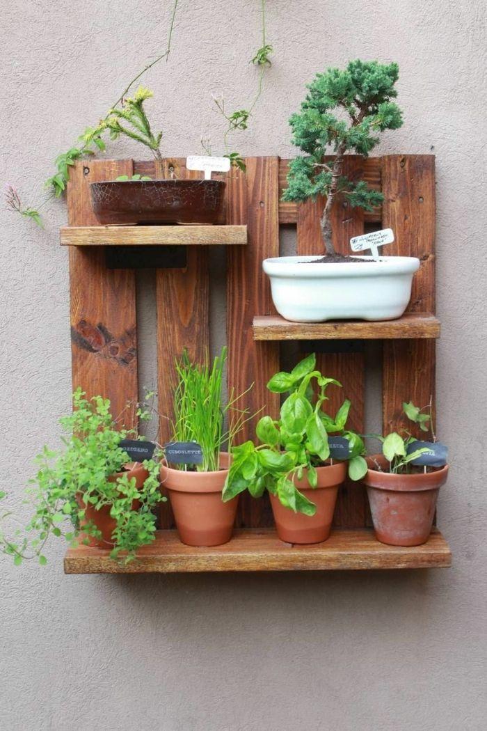 Pequeña Jardinera Hecha De Madera Con Estantes Y Macetas Con Plantas Verdes Jardineras Con Palets Wood Pallet Planters Pallet Ideas For Your Garden Pallet Diy