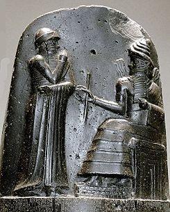 Museo del Louvre // code Hammurabi bas relief. // CODIGO Hammurabi Sexto rey de Babilonia durante el Primer imperio Babilónico - Remate superior de la estela Código de Hammurabi. Hammurabi (de pie) es representado en el momento que recibe sus insignias reales de manos del dios del sol y la justicia. El rey babilonio tiene una mano sobre su boca en señal de oración.