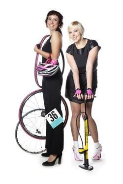 """""""Vrouw en fiets: handboek voor de fietsende vrouw.""""     Nooit meer bang om lek te rijden..."""