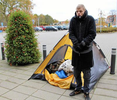 Caught in a battle between the city administration in Naestved and city administration in Aarhus, a young man has no choice but to live in a tent in Naestved while waiting for a decision.