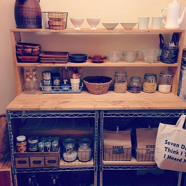 女性で、の賃貸/狭いキッチン/キッチン収納/DIY/スチールラック/セリア…などについてのインテリア実例を紹介。「キッチンの収納と作業スペース確保のためスチールラックを2つ繋げてその上に棚を作りました。少しづつ手を加えてきましたがこれで一旦完成。家の中で一番好きな場所になりました。」(この写真は 2014-07-06 15:59:53 に共有されました)