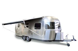 Der Airstream 604 mit Sonnenmarkise  - ein Camping-Traum in Alu