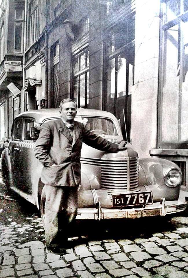 1950'li yıllarda İstanbul'da bir taksi. bi koruyamadık bu taksileri çok kolay harcıyoruz