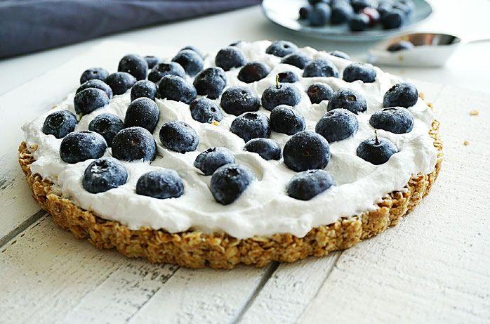 Zoals beloofd het recept voor de slagroomtaart! Of ik weet eigenlijk helemaal niet of ik het wel slagroom mag noemen… In ieder geval de taart is heerlijk en dus het delen waard 😉 Ik koos weer voor blauwe bessen. Nog even en dan komt er allemaal weer ander fruit voorbij …