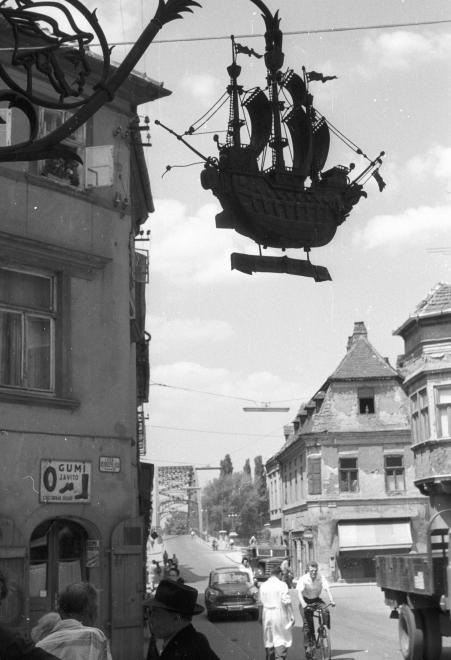 Jedlik Ányos utca a Kovács Pál utca sarkától a Kreszta-ház és a Kossuth híd felé nézve. Fent az Aranyhajó Patika cégére.