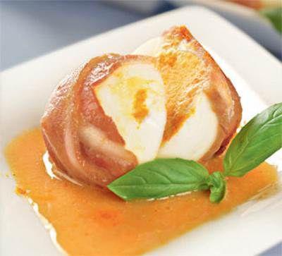 """Пасхальные яички в полосочках бекона под горчичным соусом  Для приготовления блюда Пасхальные яички в полосочках бекона под горчичным соусом необходимы следующие ингредиенты: 8 яиц; бекон 8 полосочек (можно """"Мираторг"""") ; 3 ложки маслица постного.  Для приготовления блюда Пасхальные яички в полосочках бекона под горчичным соусом необходимы следующие ингредиенты к соусу: 100 гр. горчицы немецкой средней остроты; 40 мл. мёду; яблочный уксус 1/4 стакана; кетчуп 15 гр. классического Хайнц;"""