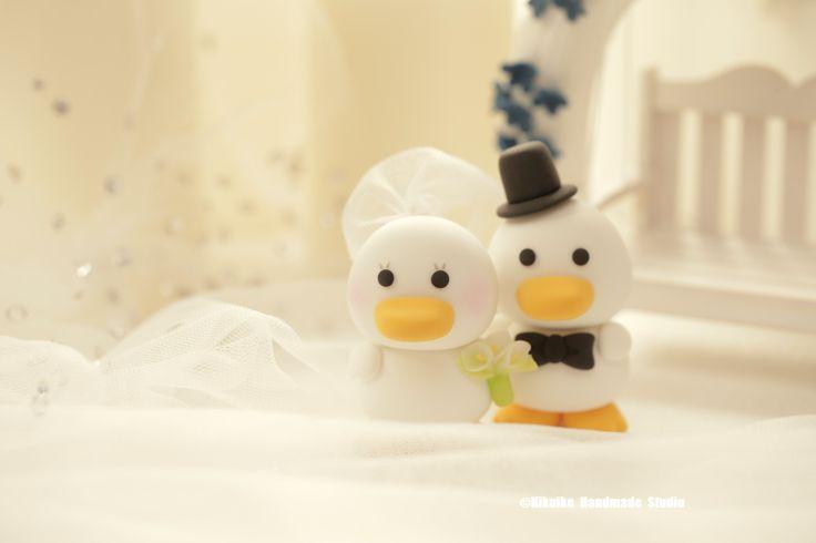 Lovely ducks bride and groom custom Wedding Cake Topper, wedding ideas, planning and wedding cake decoration. #weddingthings #cakedecor #animalscaketopper #cute #duck #handmadecaketopper #clay #ceremony #unique #weddinggift #marriage #weddingseason #couple #justmarried #kikuikestudio #canard #あひる #Ente #pato #anatra