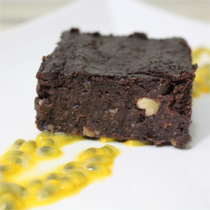 Elsőre egy kicsit bizarnak tűnhet ez a fekete babból készült brownie, de biztosíthatok mindenkit, hogy a bab ízének nyoma sincs benne. Ennek a lisztmentes süteménynek a legnagyobb előnye, hogy elronthatatlanul hozza a brownietól elvárt szaftosságot, ha néhány perccel tovább…