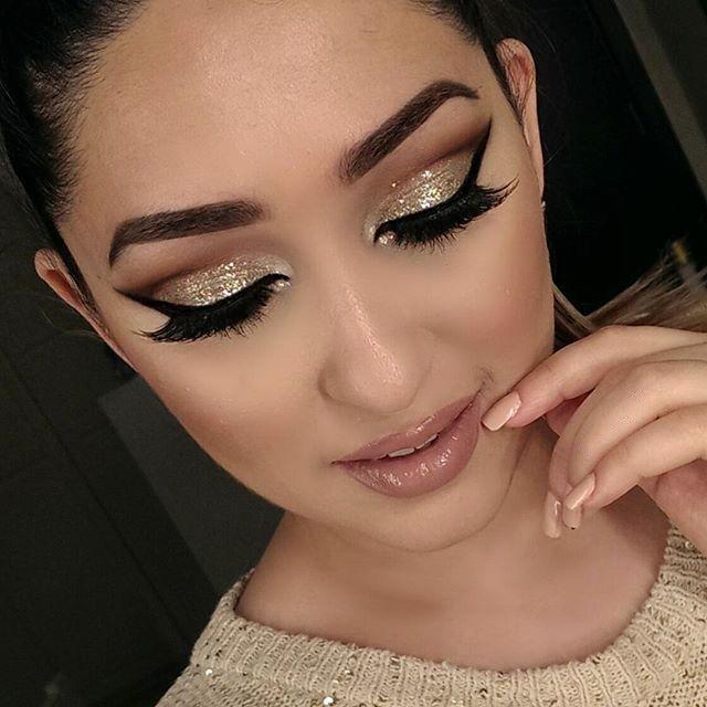 Chica usando un maquillaje de glitter en los ojos
