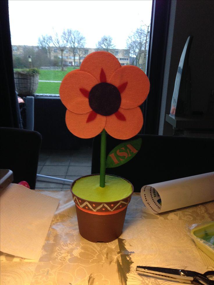 Makkelijke sinterklaas surprise. Als de bloem 'geplukt' wordt dan kan het kado gepakt worden uit het potje. Het is een simpel plastic bloempot die geverfd is. De bloem en de bodem (het gras) zijn van hout en bedekt met vilt.