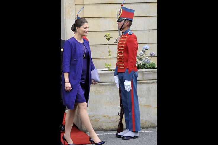 La plus drôle  Toujours en compagnie de son époux le prince consort Daniel, la princesse héritière Victoria de Suède a poursuivi son voyage en Amérique du Sud en se rendant en Colombie. Et alors qu'elle sortait de la Casa de Narino, le palais présidentiel de Bogota, après une rencontre avec le président colombien et son épouse ce jeudi 22 octobre, elle est passée devant des militaires en faction. Et sa tête s'est trouvée parfaitement dans l'axe du plumet de la coiffe de l'un d'entre eux.