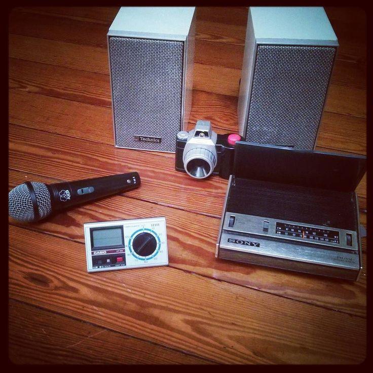 Quand tu vas au musée mais que tu tombes sur le vide-grenier du 7e arrondissement... Sony fm/am solid state radio TFM-1849 (1972) Fischer Price fake camera AKG D 65 S Technics SB-30 speakers (1972)