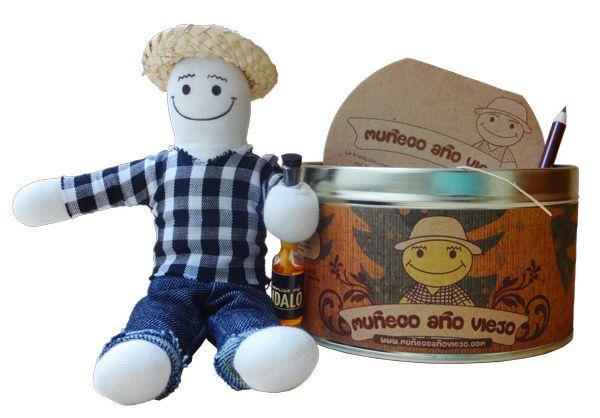 Un muñeco pequeño en una lata con una agenda y un lapiz