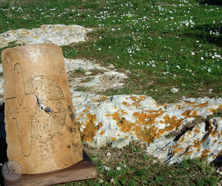 Orologio inciso e dipinto a mano su Tegola Sarda Antica. Base legno. Pintadera e Dea Madre.  TerraIncantada, creazioni made in Sardinia.