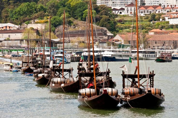 Bem vindo in Porto, waar je lekker kunt inswingen in de Portugese cultuur en kennis maakt met de dieprode portwijn. Portboten varen vanuit de Dourovallei af en aan om in Porto de wijnhuizen van nieuwe voorraden te voorzien.