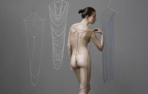 ストレッチ性のある素材をヌルリと通過させる肌触りの気持ち良さそうなセンシュアリティー(官能性)を実にうまく表現したアイントホーフェン・デザイン・アカデミーの卒業制作。