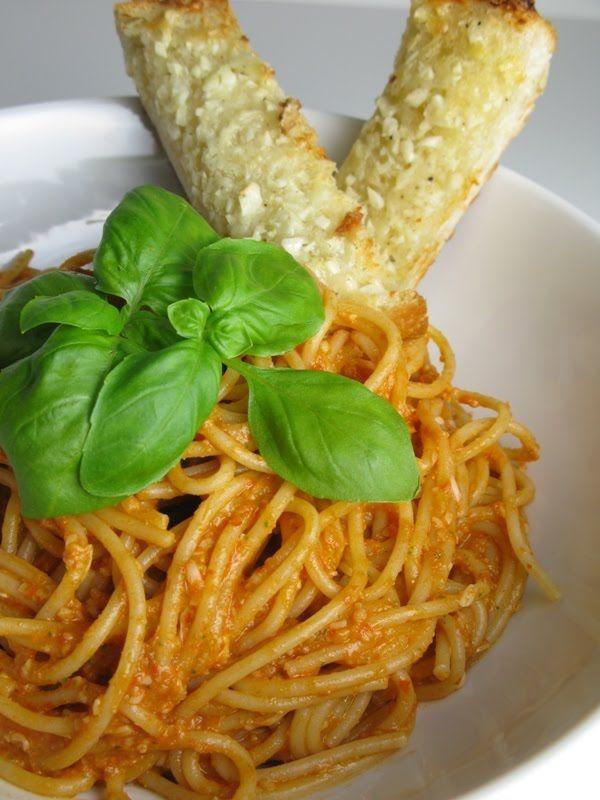 pasta with tomato almond pesto: Recipe Maine Pasta, Pasta Pesto, Almond Pesto, Pesto Pasta, Almonds Pesto, Almonds Tomatoes, Tomatoes Almonds, Tomatoes Pesto, Homemade Garlic Breads