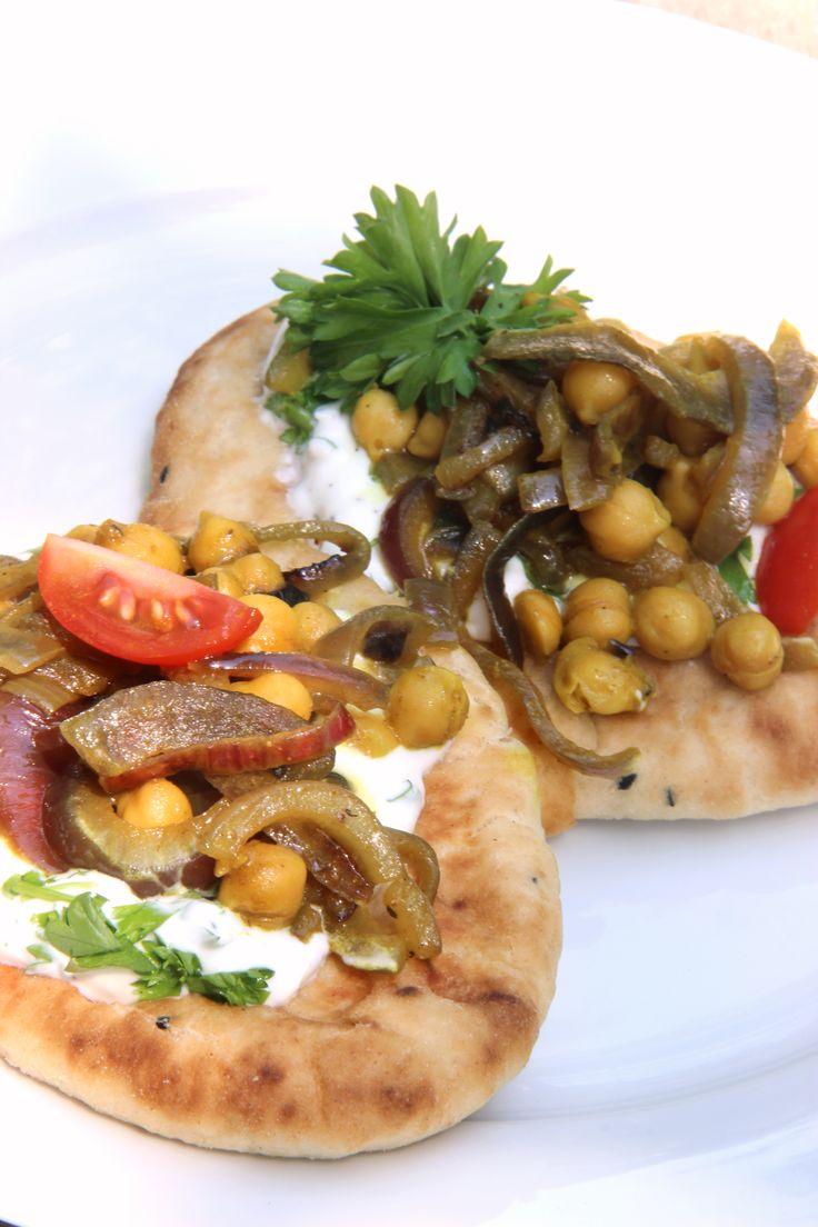 Naan bread with chickpeas, onion and tomato - naanbrood met kikkererwten, ui en tomaat