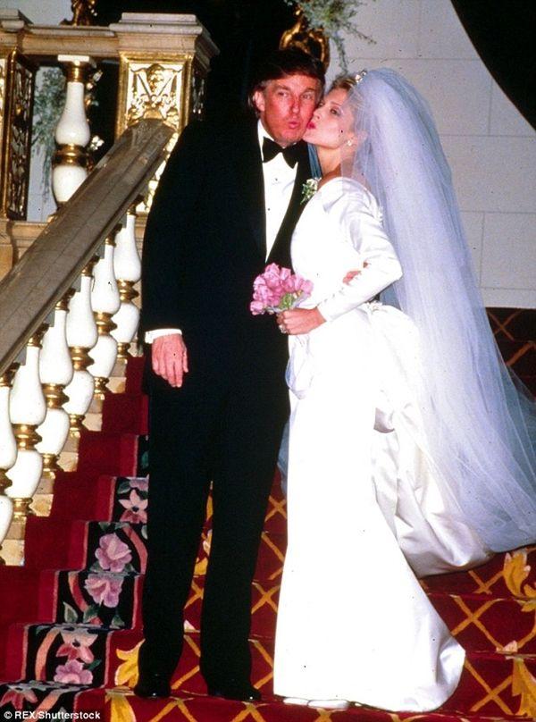 Không nói đến hôn lễ ngàn tỷ lần 3 đám cưới với cô vợ thứ 2 đẳng cấp của Trump đã lẫy lừng thế này   Trải qua nhiều cuộc tình với những chân dài nóng bỏng tổng thống mới đắc cử Donald Trump đã kết hôn với 3 người phụ nữ. Với tầm cỡ của một tỷ phú Thế giới lễ cưới của Donald Trump luôn ngập tràn những lời chúc cùng những món quà xa xỉ. Khi trở thành Tổng thống người ta bàn nhiều đến đệ nhất phu nhân nóng bỏng nhất nước Mỹ hoặc thậm chí soi lại đám cưới giá trị 50 triệu đô xa hoa bậc nhất thế…