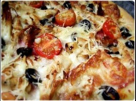 Receita de Pizza de Frango, Bacon e Tomates Cereja - Massa, 250 g de farinha de trigo, 01 colher (sopa) de azeite, 01 pitada de sal, 01 colher (chá) de orégano seco, 06 g de fermento biológico em pó, água morna (quanto baste), farinha e azeite (quanto baste), Molho, 03 tomates cortados em pedaços (sem pele nem sementes), 01 dente de alho picado, sal & pimenta, 1 fio de azeite, Cobertura, 04 fatias finas de bacon cortadas em tiras largas, 1/4 de frango assado, sem ossos nem pele, desfiado…