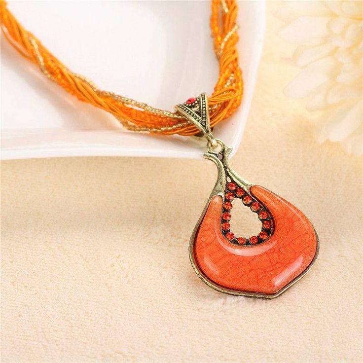 Halsketting oranje kleur versierd met kleine kristallen