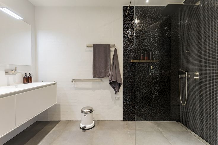 Bespoke bathroom in black and white. Handcrafted by Multiform.