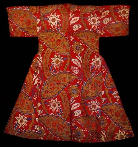 Young man's caftan with short sleeves (back) associated with Ahmet I. Red silk decorated with floral pattern, late 16th century