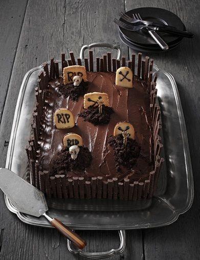 Ecco la ricetta per fare una torta di Halloween al cioccolato, un cimitero molto goloso fatto con glassa e biscottini a forma di tomba! Provate a realizzarlo per la notte delle streghe.