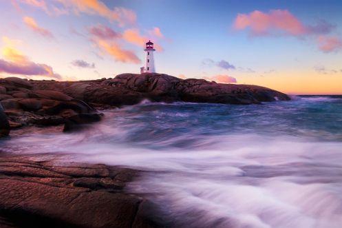 Outra vista do Farol do Ponto Peggy,  um ativo farol e um ícone canadense localizado dentro de Peggys Cove, província da Nova Escócia, Canadá.